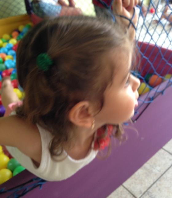 Bianca se divertindo na piscine de bolinha